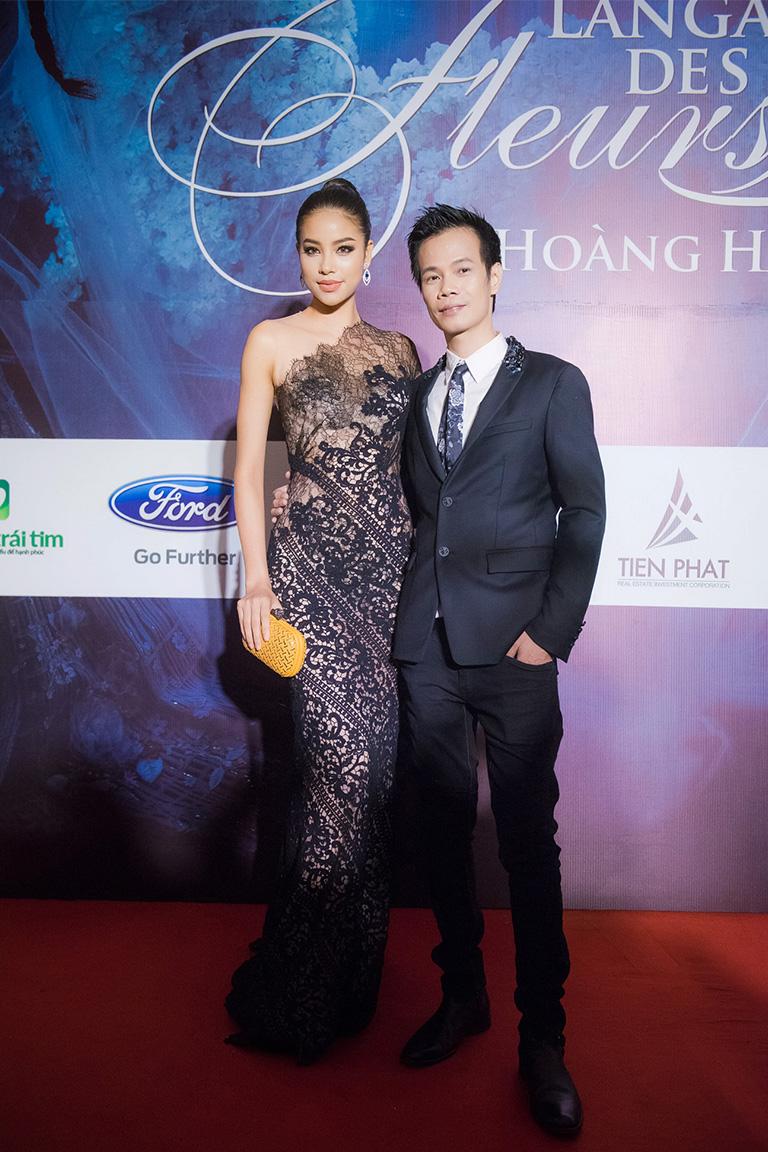 Hoa hậu Phạm Hương rạng rỡ trong trang phục váy đuôi cá họa tiết ren đen.tạo dáng bên Nhà thiết kế Hoàng Hải.