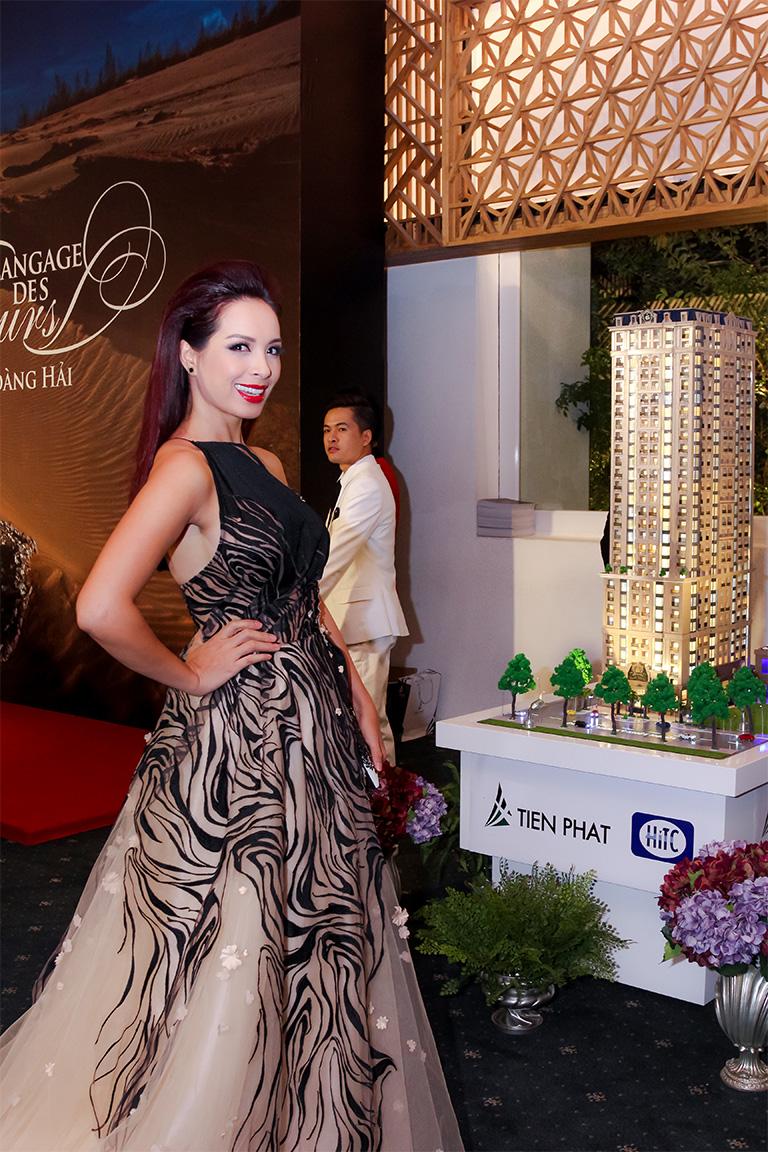 Cựu người mẫu Thúy Hạnh trong chiếc đầm cố yếm với những hoa văn uốn lượn đẹp mắt.