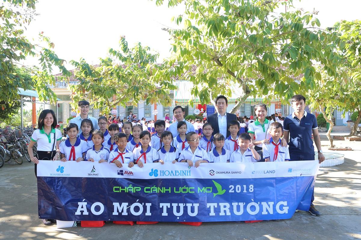 Tiến Phát cùng Tập đoàn Hòa Bình trao tặng hơn 2.100 bộ đồng phục học sinh trong dịp khai giảng năm học mới