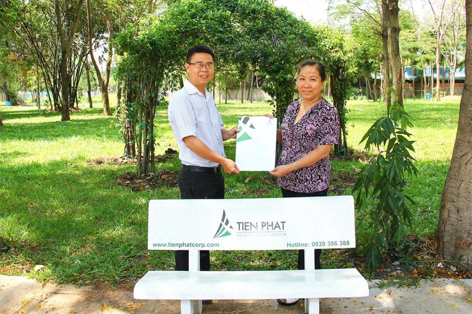 Tiến Phát Corp tặng ghế đá cho Công viên Hồ Khánh Hội, Q.4
