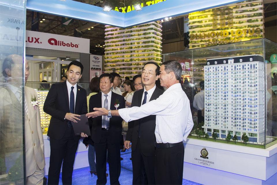Ủy viên Ban chấp hành Trung ương Đảng nguyên Bộ trưởng Bộ Xây dựng Phạm Hồng Hà ghé thăm gian hàng của Tiến Phát