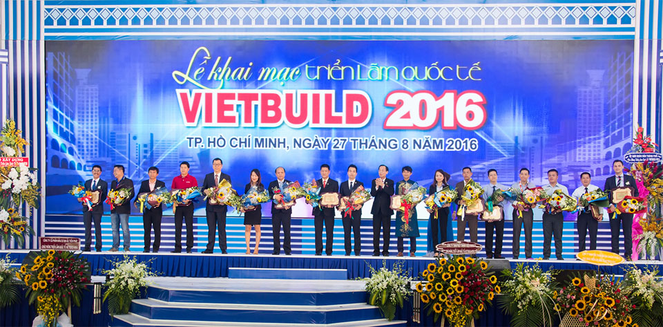 Ông Võ Minh Hoàng – Giám đốc Tiến Phát Corp nhận hoa và chứng nhận Nhà tài trợ chính từ BTC Vietbuild 2016