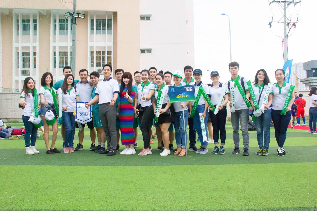 Đội bóng đá công ty Tiến Phát chụp hình cùng lãnh đạo công ty